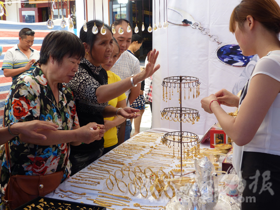 顾客在选购泰国黄金首饰。