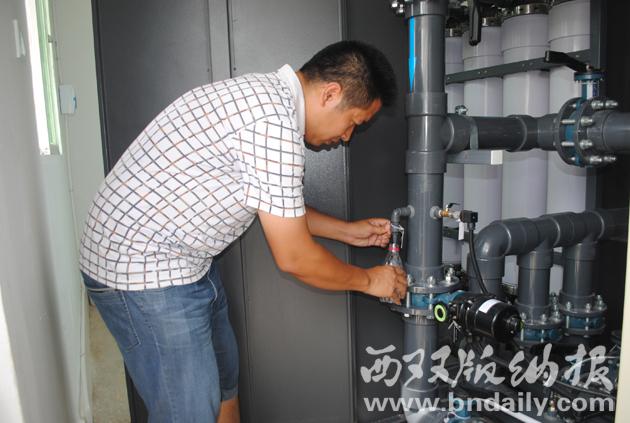 浑浊的山箐水经过超滤膜净水设备净化后,从取样口取出的水样清澈透明。