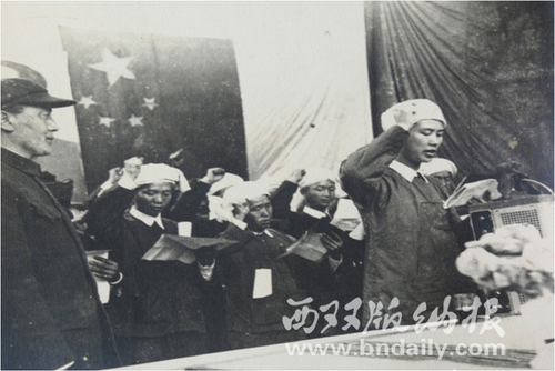 召存信带领自治区政府成员进行宣誓