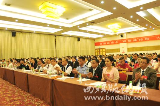 代表鼓掌祝贺《决议》获得通过  (记者 苏云华 摄)