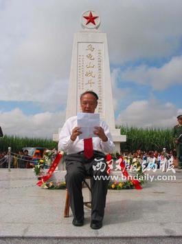 2003年9月25日,老州长召存信在勐海县乌龟山战斗纪念碑落成仪式上致辞。(记者 慈安胜摄)