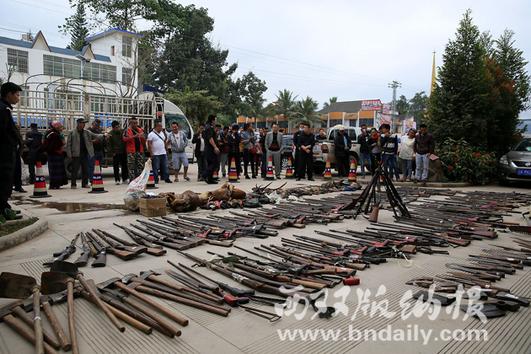 现场展示依法收缴的野生动物死体、制品,以及枪支、油锯和刀具等