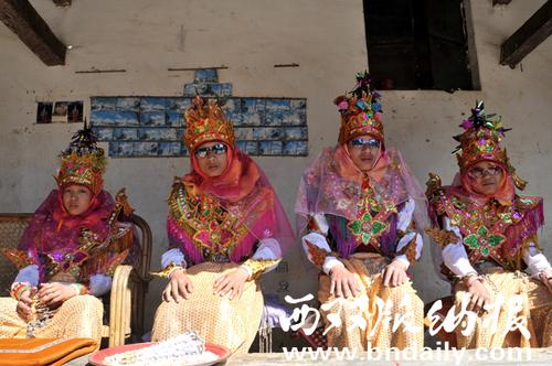 16-僧童出家时的装扮(2012年1月摄于勐海县勐遮镇)李植森
