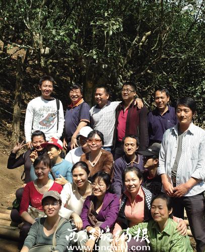 2010年2月26日,报社工会组织职工到勐海南糯山步行合影。