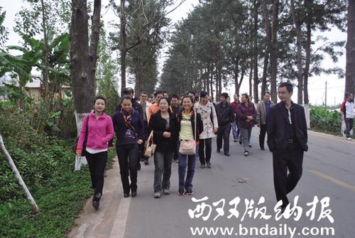 """2011年12月8日,报社组织记者到勐海县勐遮镇开展""""走基层、转作风、改文风""""活动。"""