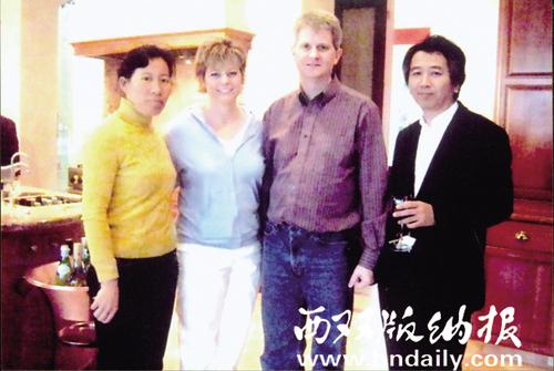 2008年4月,傣编部负责人玉康龙在美国西雅图参加国际编码工作会议时,与外国专家合影。