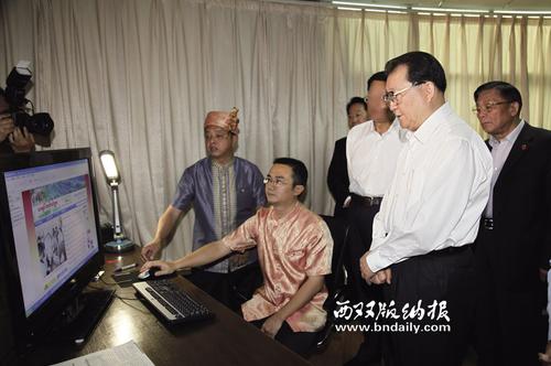 2010年11月11日,中央政治局常委李长春到云南考察期间,了解西双版纳傣文网站建设情况。