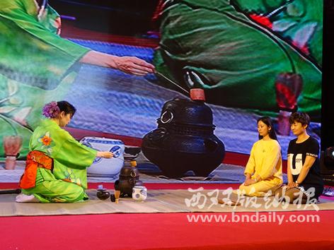 日本茶道大师展示茶艺。