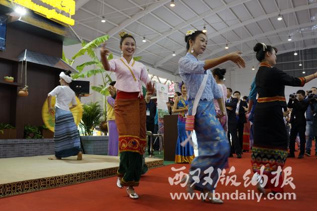 西双版纳展馆内的精彩歌舞表演。