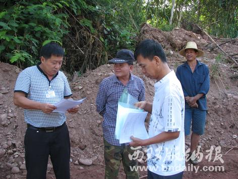 王林(左一)在进行水事执法
