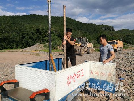 勐仑镇村寨民兵正在开展义务巡河