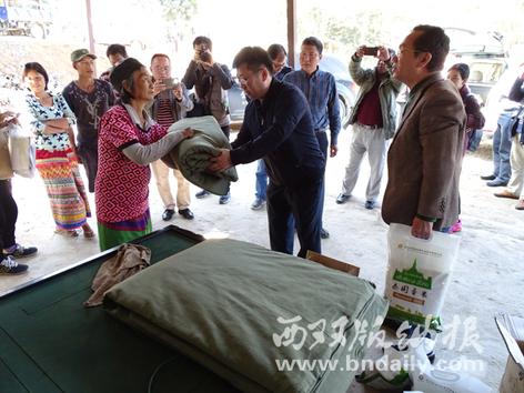 为边境山寨的村民送去生活用品