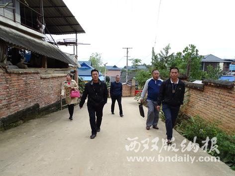 景洪市民宗局人员走访曼戈龙上寨村小组