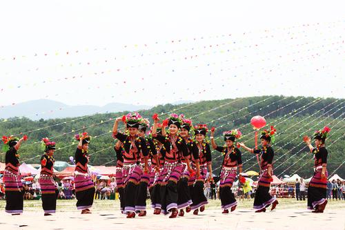 布朗族欢庆桑康节(刘云川 )(9)_缩小大小